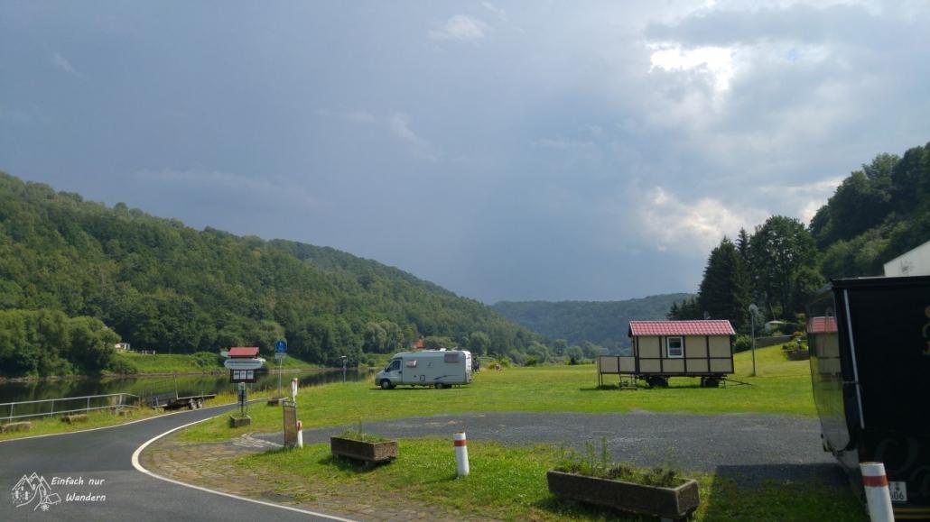 Der Blick zurück auf dem Elberadweg zeigt, was wir umgangen haben, viele dunkle Wolken.