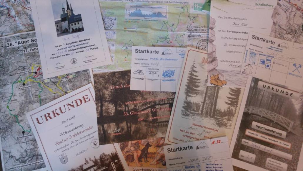 Der Lohn der Mühen - Urkunden und Stempelkarten von verschiedenen Wanderungen.