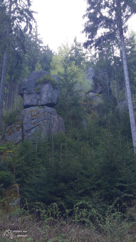 Vorbei geht es an Felsformationen die ans Elbsandsteingebirge erinnern.