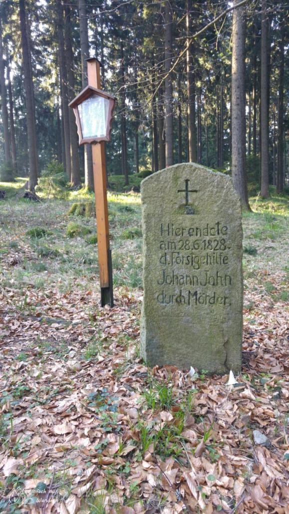 Die Fruehlingswanderung führt auch am Grabstein vom Forstgehilfen Johann John vorbei,. Er wurde damals ein Opfer von Wildpretdieben.