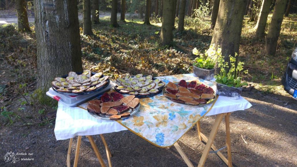 Am ersten Verpflegungspunkt warten geschmierte Brote auf die hungrigen Wanderer.