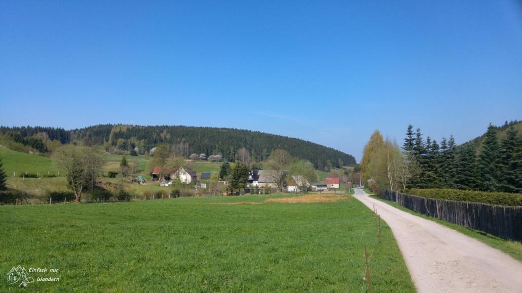 Es ist nicht mehr weit. Wir laufen noch einmal auf ein kleines Dorf zu.