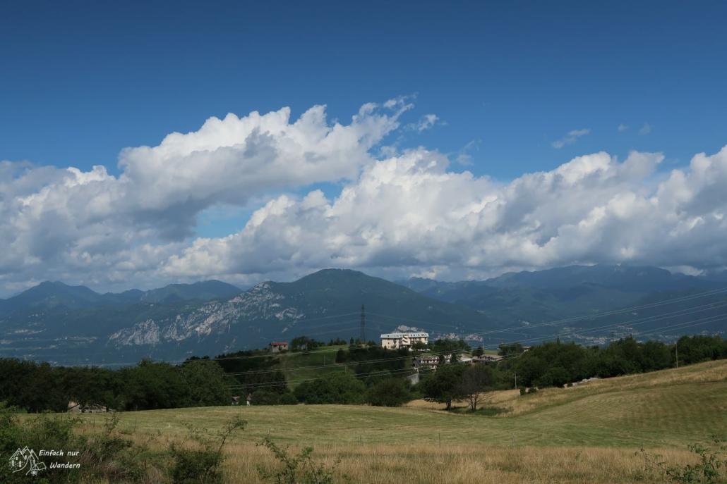 Wir blicken zurück auf Prada und das Gebirge westlich des Gardasee.