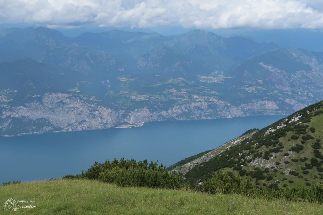 Wir blicken auf das etwas vorgelagerte Campione del Garda auf der anderen Seite des Gardasee.