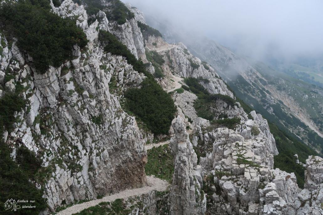 Der Felsweg nach dem Passo del Camino windet sich weiter am Fels entlang.