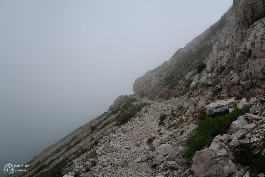 Aufziehender Nebel lässt uns wieder auf denselben Weg zurück wandern.