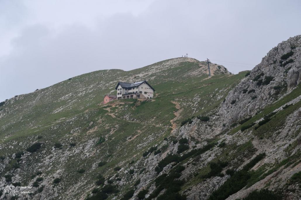 Von weiten sehen wir das Rifugio Telegrafo in den Berg eingebettet.