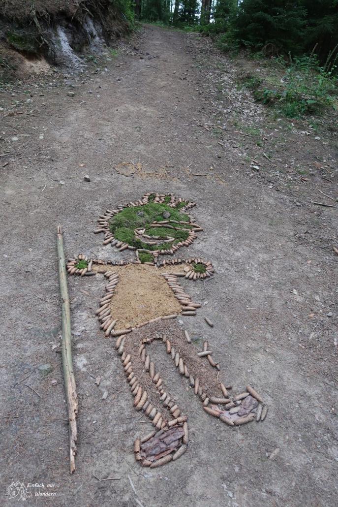 Figur auf Waldweg