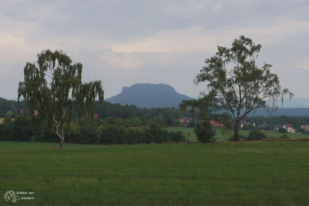In einiger Entfernung sehen wir den Lilienstein.