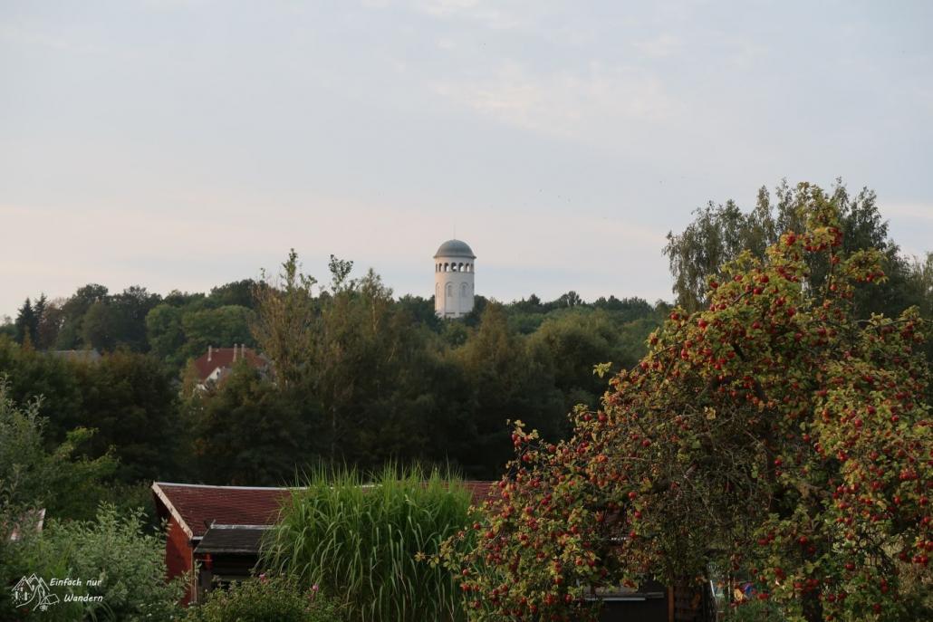 Der Burgstaedter Taurasteinturm ist deutlich zu erkennen.