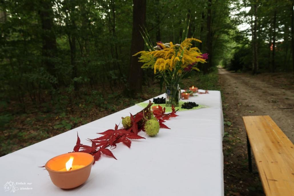 Ein Tisch am Verpflegungspunkt ist herbstlich dekoriert und nett angerichtet.