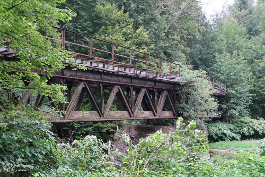 Diese Eisenbahnbruecke nahe Wechselburg sieht alt, aber auch schön aus.