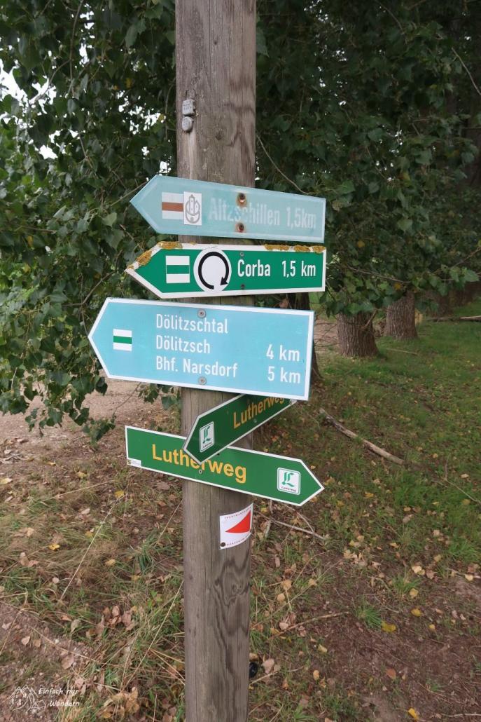Ein Wegweiser nahe Wechselburg ist voll mit Hinweisen zu Rad- und Wanderwegen.
