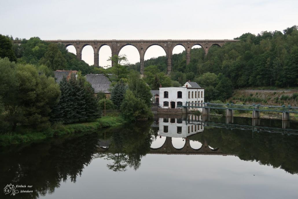 Das Goehrener Viadukt im Hintergrund, welches sich aber wunderschön im Wasser spiegelt.