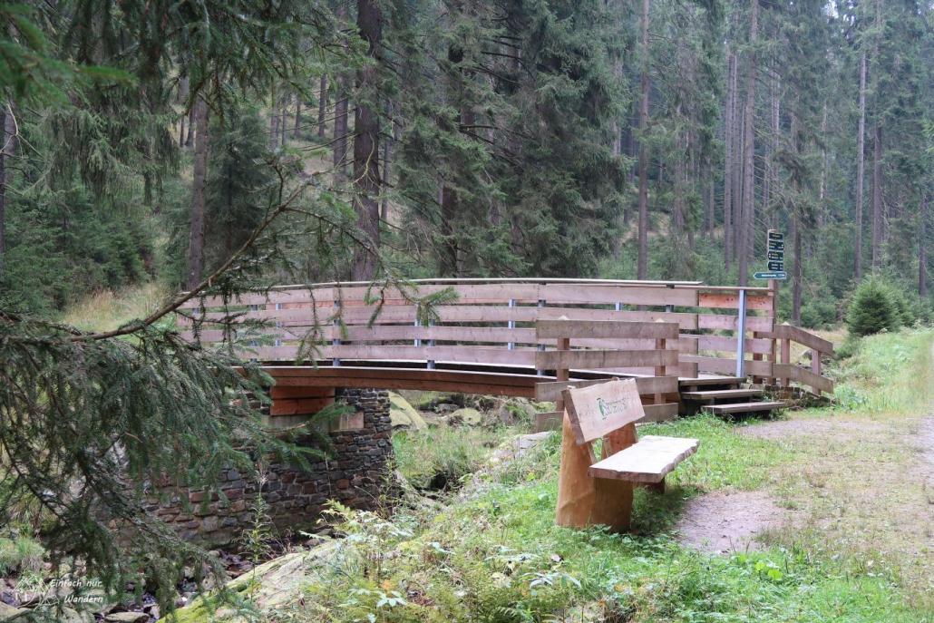 Eine der zahllosen Brücken über die Schwarze Pockau.