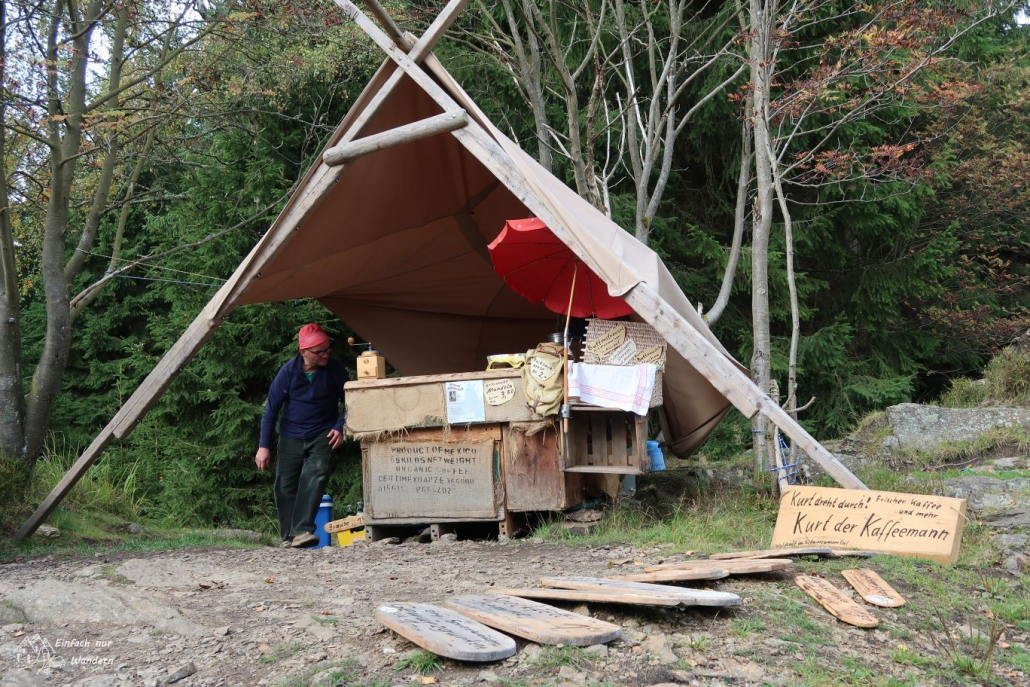Kaffee Kurt kommt in seinem Zelt um die Ecke.