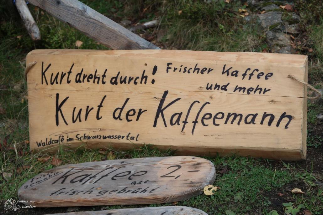 Auf einem Schild steht: Kurt dreht durch! Kurt der Kaffeemann.