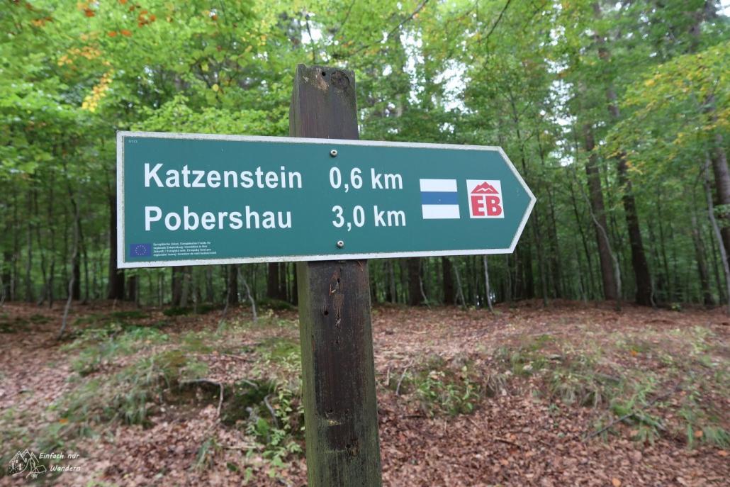 Ein Wegweiser mit Hinweis auf den Weitwanderweg EB.