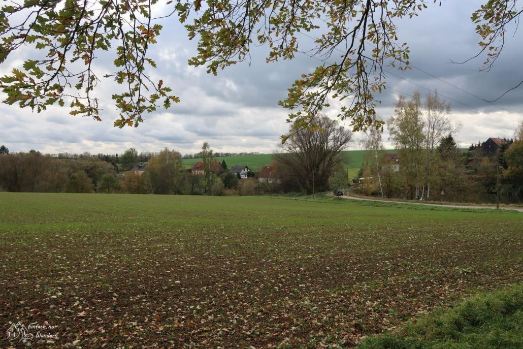 Blick ins Wolkenburger Land zeigt Felder und ein paar Häuser.