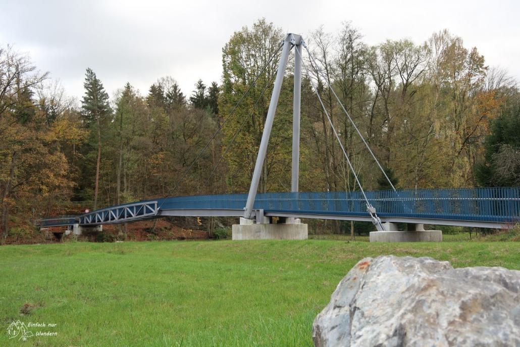 Die neue Haengebruecke in Wolkenburg mit blauem Anstrich.