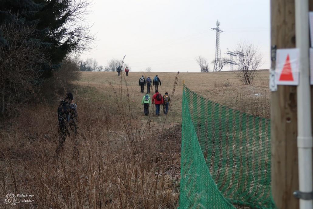 Den kleiner Anstieg nach dem Start gehen einige Wanderer hinauf.