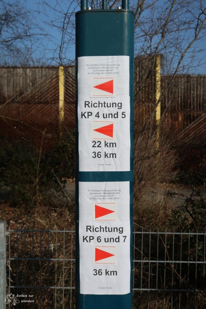 Die Markierungen am Jugendhaus Gorbitz zeigen uns, wo es nun entlang geht.