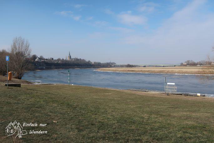Ein Blick über die ELne und den Stadtteil Gorbitz.