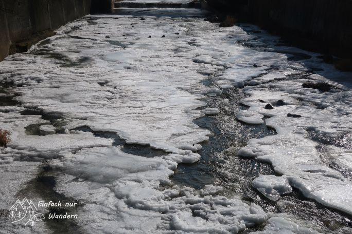 Ein gefrorener Elbzulauf in einem Seitenkanal.