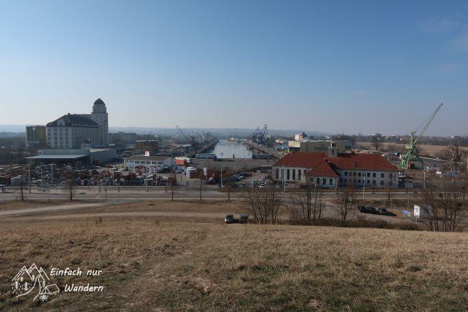 Vom sogenannten Trümmerberg blicken wir auf den Dresdner Hafen.