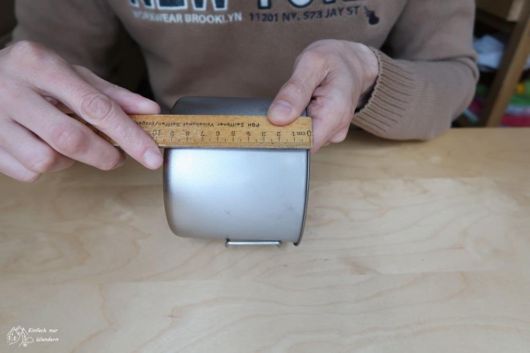 Von der Tasse wird das Maß der Höhe für den späteren Pot Cozy genommen.
