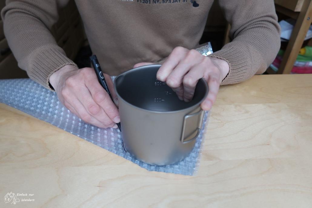 Auf einen weiteren Streifen stellen wir den Topf um den Boden des Topfwärmers zu markieren und auszuschneiden.