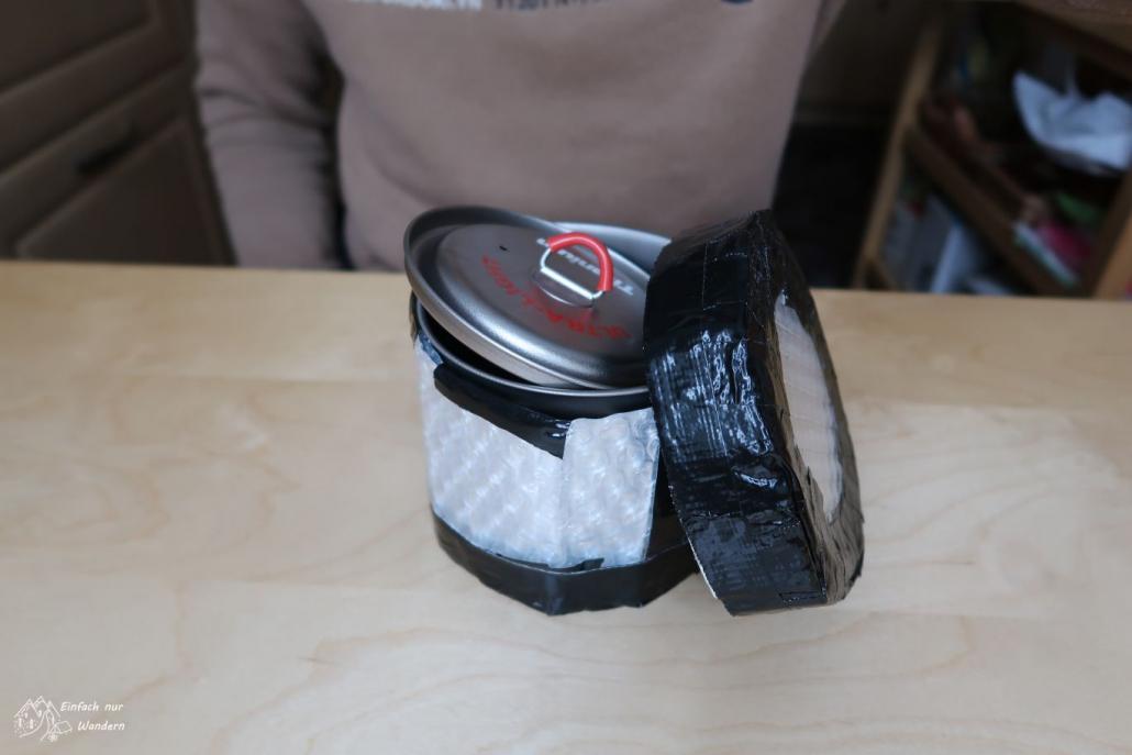 Nach den letzten Arbeitschritt ist der Pot Cozy fertig. Der Topf sitzt sicher im Isolationsmaterial.