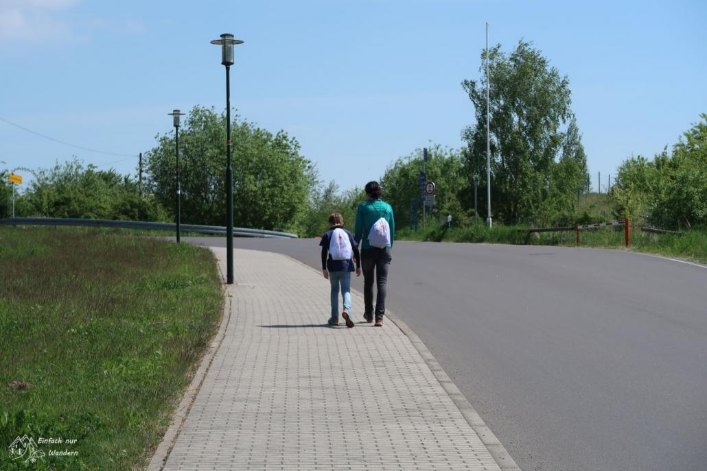 Die Familie folgt einer Straße.