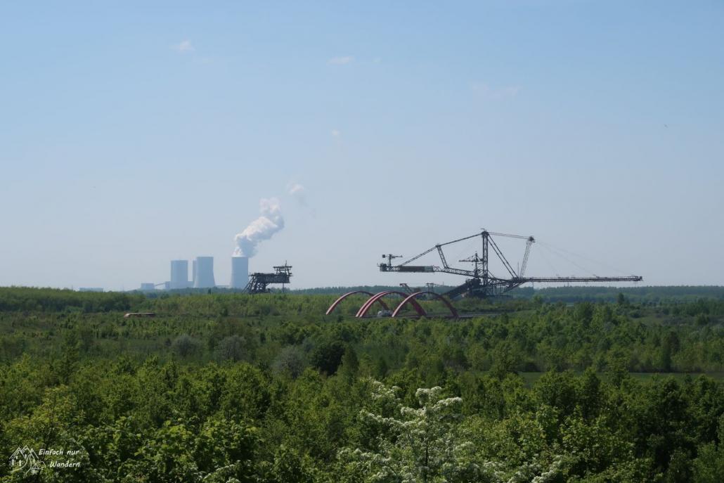 Beim Blick von der Anhöhe sehenw ir das Kraftwerk Lippendorf und die Schaufelradbagger des Bergbau Technik Parkes.