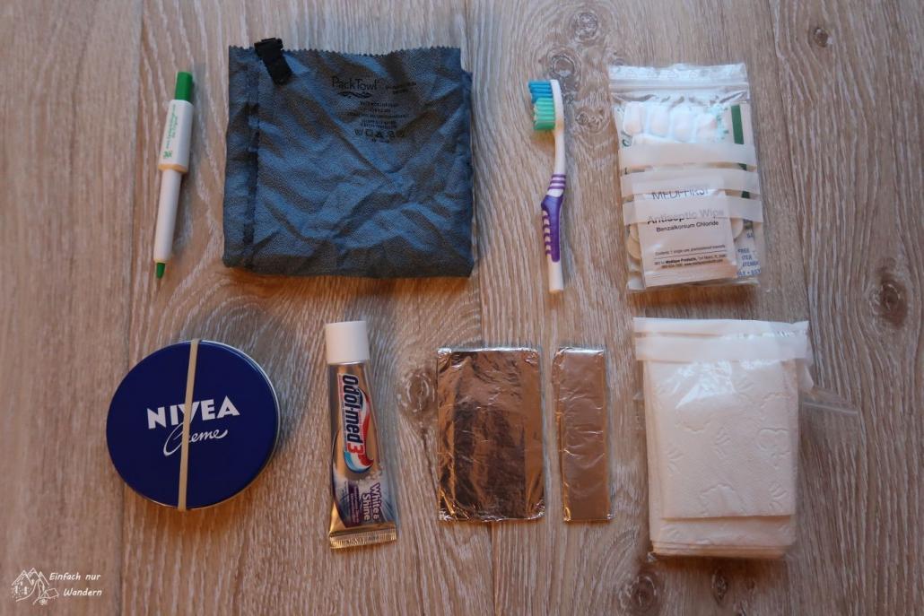 Alles was ich ich in der Packliste in der Rubrik Hygiene drin habe, Handtuch, Zahnpaste, Medizinsachen und Zeckenschlaufe.