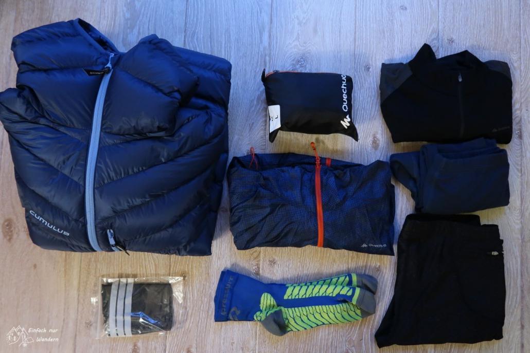 Meine Wechselbekleidung für den WHW. Unter anderem Daunenjacke, Windjacke, Regenrock und langes Shirt.