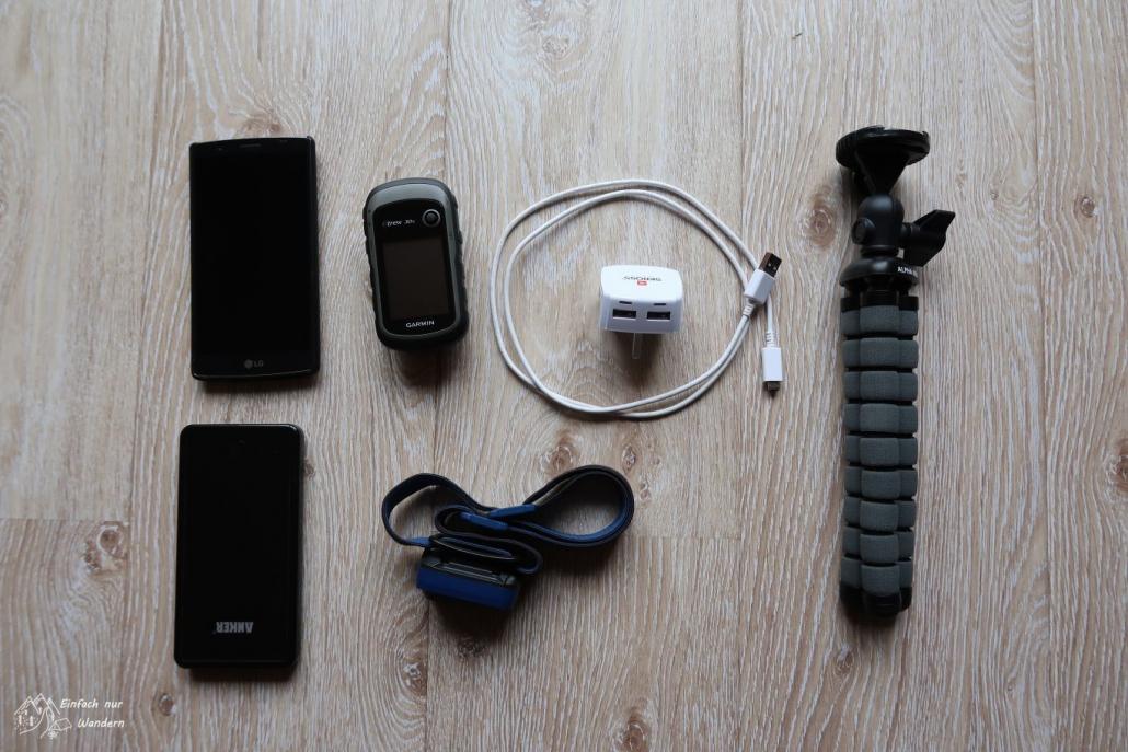 In der Packliste für den West Highland Way darf die Technik nicht fehlen. Smartphone, Ladegerät, Garmin GPS und Stirnlampe.
