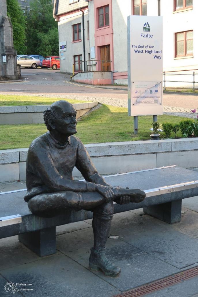 """Den Endpunkt des West Highland Way markiert die """"Sore Feet Statue""""."""