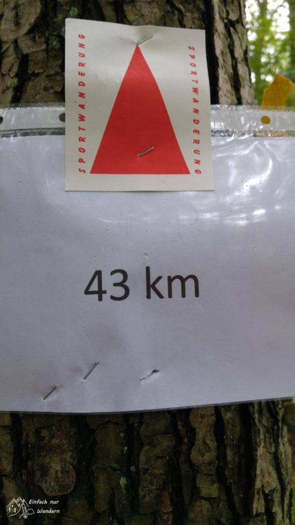 Das rote Dreieck als typische Markierung einer Sportwanderung und die Kilometerangabe 43.