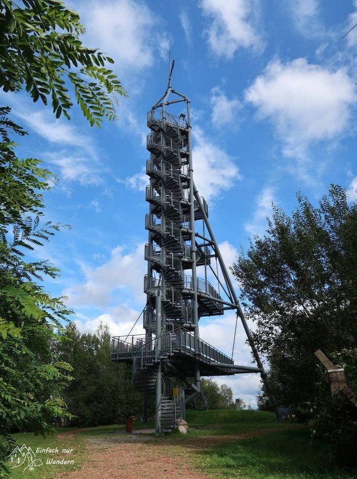 Der Glueckauf Turm. Er hat viele Treppen und ist aus einer Metallkonstruktion.