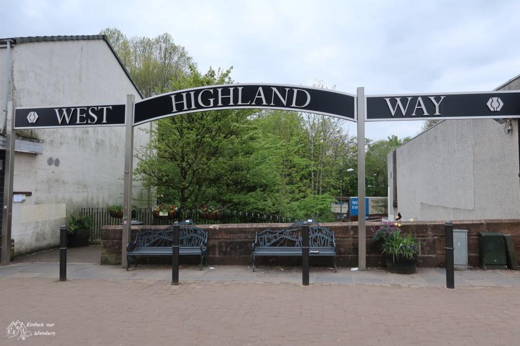 Am Startpunkt des West Highland Way erwarten mich eine Art Banner und 2 Bänke.