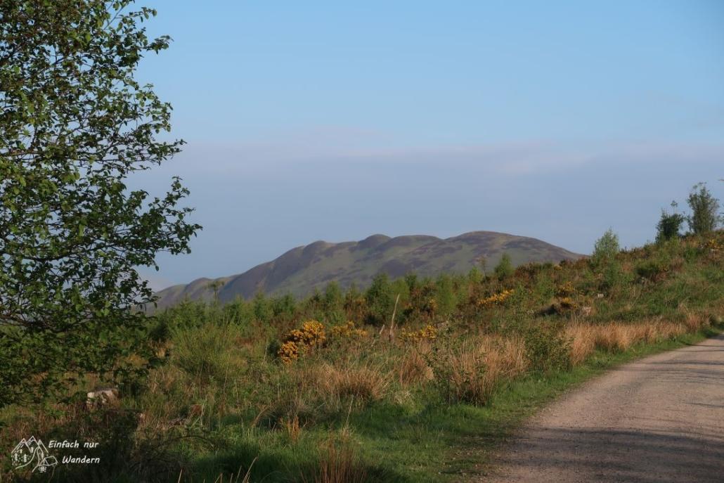 Nach einer Biegung kann man erstmal den Conic Hill sehen.