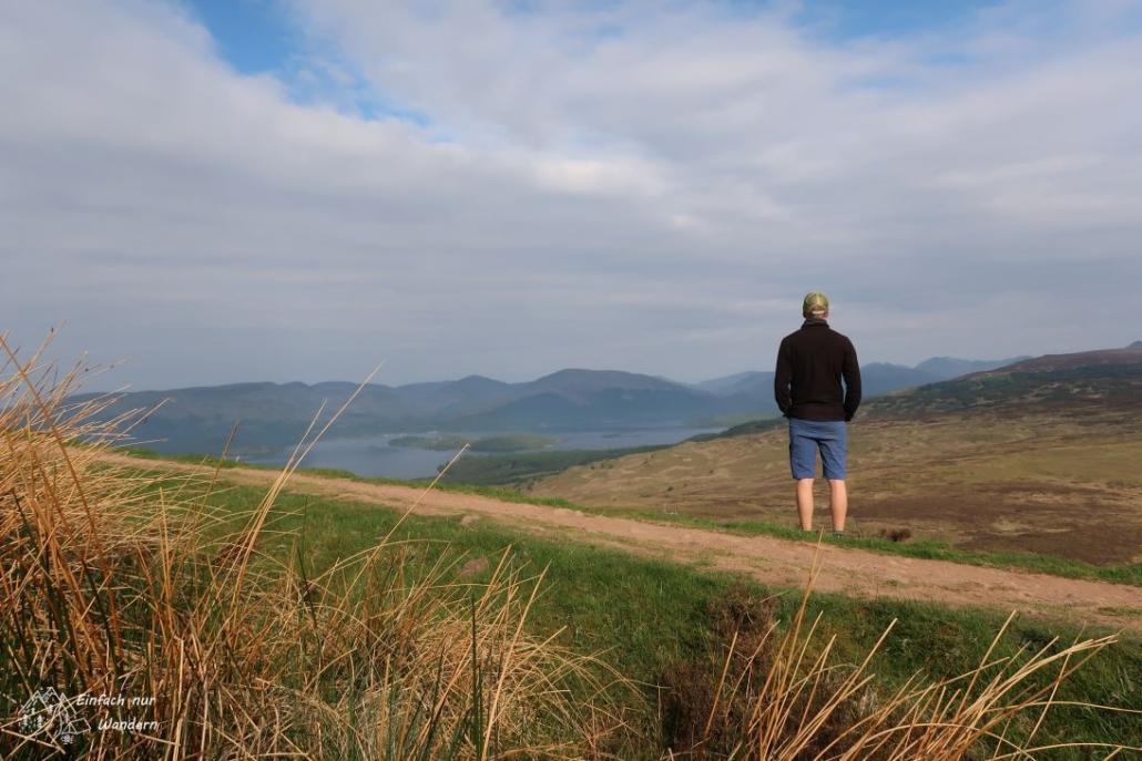 Ich genieße kurz die Aussicht vom Conic Hill auf den Loch Lomond.