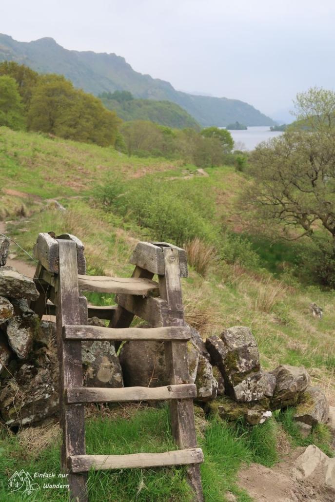 Über einige Mauern führen kleine Holztreppen, typisch für die Highlands.