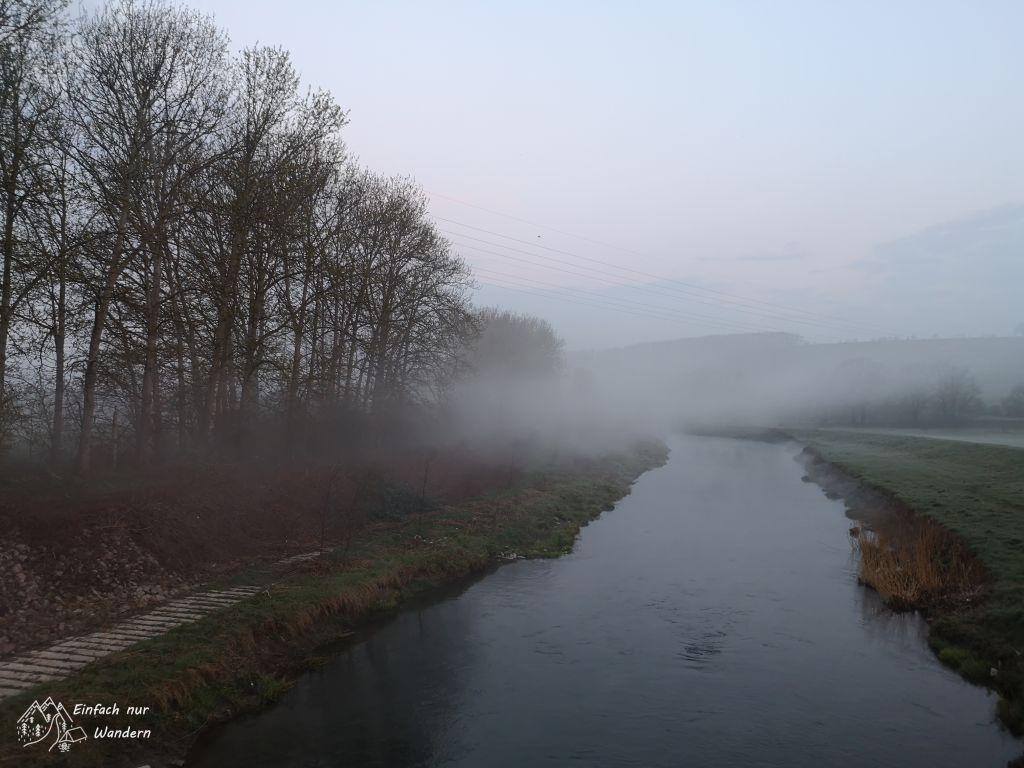 Über den Flüssen liegt noch Nebel.