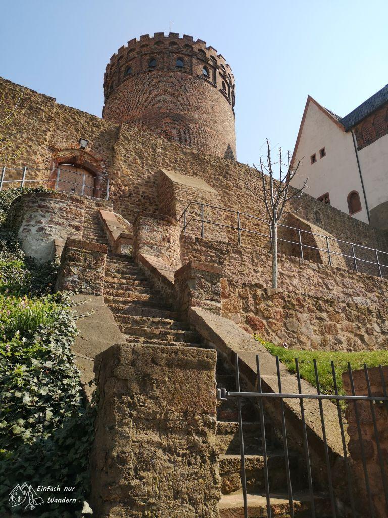 Ein Turm der Burg Mildenstein ist von außen zu sehen.