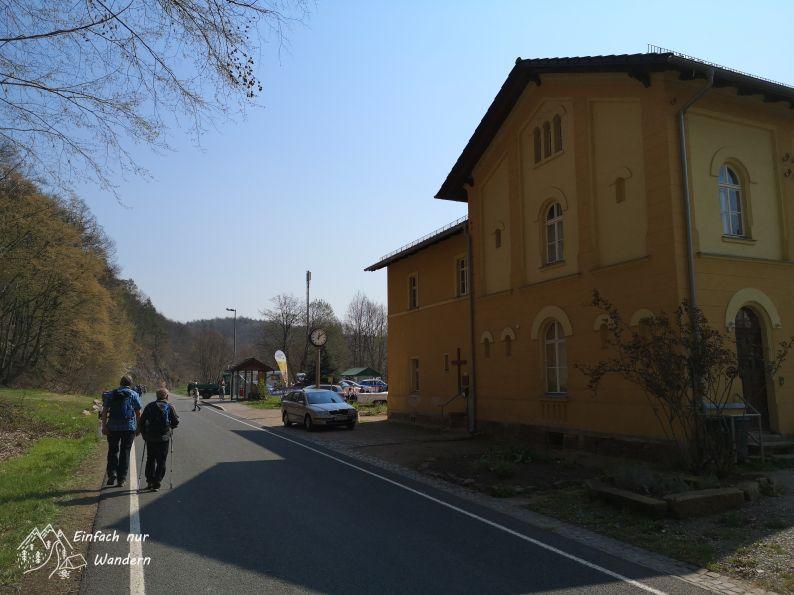 Der letzte Verpflegungspunkt der Wanderung am Klosterbuch, einem alten Bahnhof.