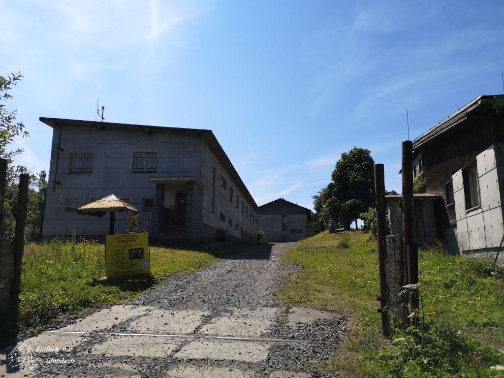 Der Eingangsbereich des ehemaligen Militärgeländes.